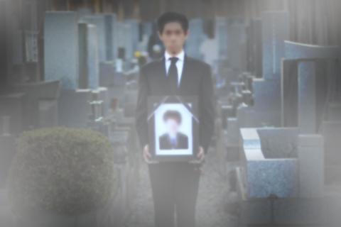 お墓の前で遺影.jpg