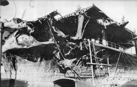 Shokaku_Coral_Sea_battle_damage_1.jpg